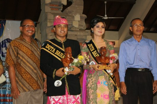 Aku dan Wahyu bersama dewan juri usai lomba di provinsi Bali